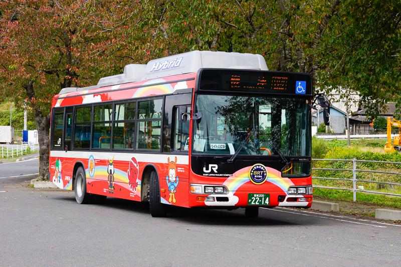 本日乗車してきたBRT、日野ブルーリボンシティハイブリッドが柳津駅前でしばしの休憩。ちなみにこのバスには前面に『BRT』のヘッドマークが付いているから判りやすいが、たまに『JR』マークはあるものの『BRT』の文字がどこにもないバスがくるので、路面に設置された駅から乗る場合には注意が必要。筆者もそれで『南気仙沼駅』で朝の1本を乗り逃した。