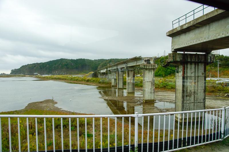 本吉-陸前小泉間ではコンクリート橋梁の橋桁が流失している姿が目撃できる。写真は海側。