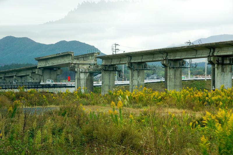 上写真の橋梁の反対側面を柳津側から眺めたところ。橋脚はしっかりしているので、BRT専用道としての復活ならただちにできそうな気もするが。