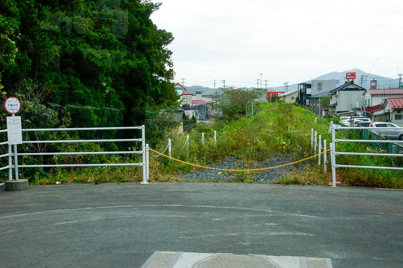 気仙沼駅から専用道を通ってきたBRTは不動の沢駅から一般道へ入る。その右折時の柳津方向の眺め。ちなみにBRTのルートでは大川は渡らず、県道26号線を南下する。