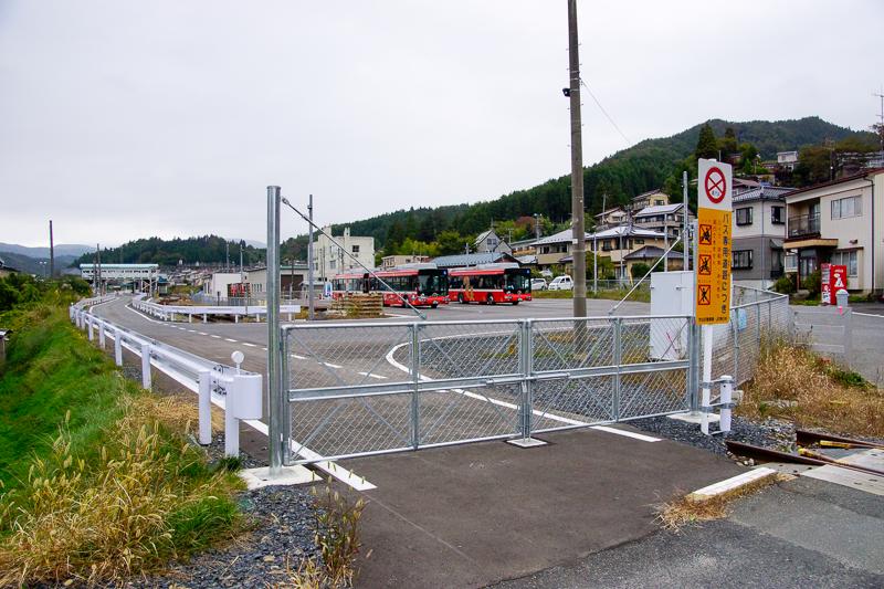 気仙沼駅を盛側から眺めてみると、山側にBRTの車庫があるのが判る。