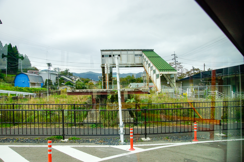 鉄道線の本吉駅ホーム前を通り過ぎて、本吉駅の駅前広場にBRTは発着。