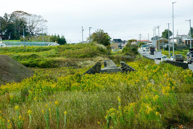 陸前階上-大谷海岸間で専用道から一般道へ入る時の柳津方向の光景。写真中央の橋台に載っていた橋桁が流されたことが、ここで専用道が途切れている理由らしい。