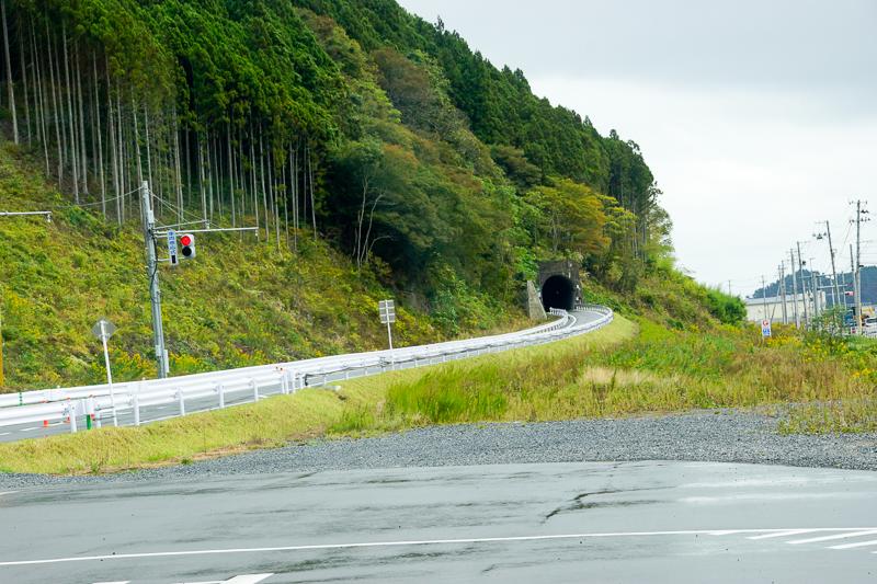 陸前戸倉駅で専用道から一般道へ入る時に気仙沼方向を眺めると、専用道はトンネル区間などを利用して一般道を短絡させ、運転時分の短縮を目指していることが窺える。