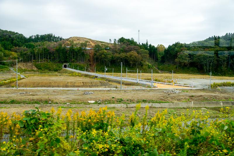 上写真の地点から180゜反対側を眺めると清水浜-志津川間の志津川側専用道の出入り口が見える。