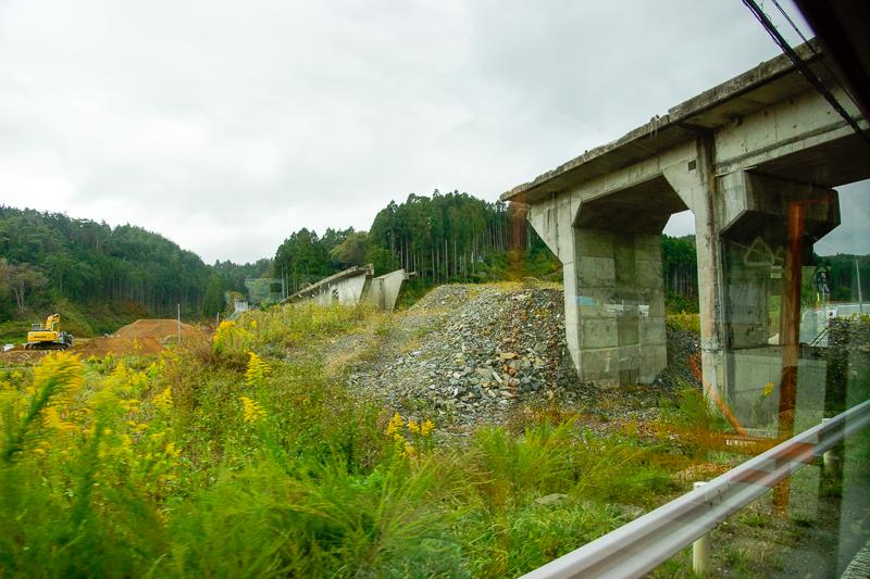 清水浜駅付近の気仙沼側にある橋梁。大きく崩壊している箇所は築堤だった部分だと思われる。