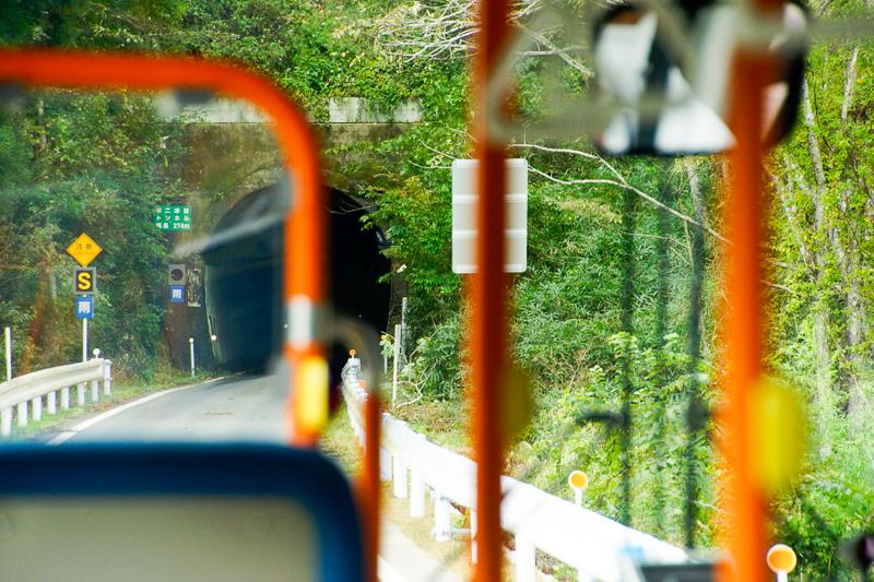 小金沢-本吉間の専用道にあるトンネル。いかにも鉄道隧道という形体で、かつて列車が走っていた頃に想いを馳せる。