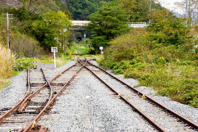 柳津駅から眺めた気仙沼方向。中央上の白い跨線橋が先ほどBRTで通ってきた道。