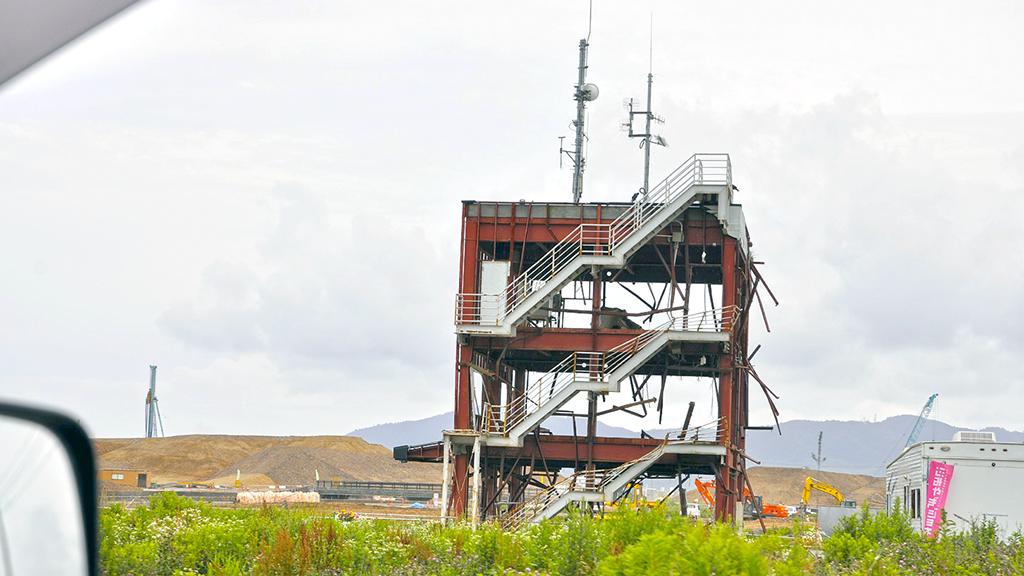 三陸海岸沿いは復興整備により景観が日々変化している地域で、上記本文には2014年10月に見た光景として「雑草に覆われた平原が広がる…。」と書いてあるが、2015年6月に再訪した時には、土地のかさ上げ工事がかなり進み、南三陸町の防災対策庁舎の鉄骨むき出しの建物は、土塁に囲まれるような佇まいになっていた。