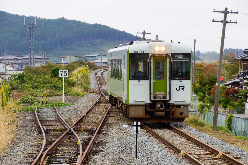 柳津駅に前谷地方向から到着するキハ100系キハ110形キハ110-124。バスに長いこと揺られてきたあとに、鉄道車輌を見るとホッとする。