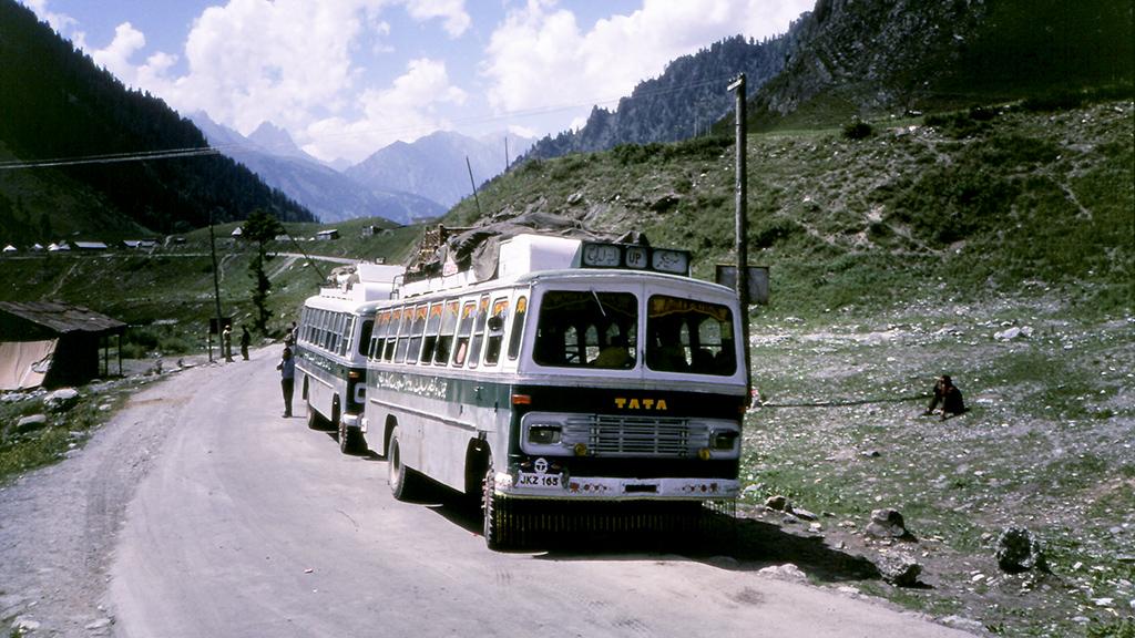 ソーナマルグの村では、この先に立ちはだかる3,530mの峠ゾジ・ラを越える道が交互通行のため、バスはしばし停車する。道の遥か先には、いよいよこれから挑むインドヒマラヤ山脈の峰々が望める。 約2時間程待った頃、カルギル方面からゾジ・ラを越えてきた路線バスが次々に到着しだした。いよいよ我々のバスが出発する時間が迫ってきたのだ。ちなみに私が乗っているバスもこれらと同じ感じの車両である。