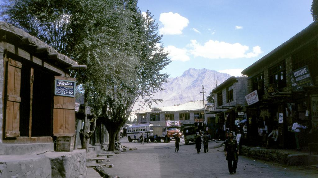 カルギルの町は周囲を岩だらけで岨しく乾いた峰々に囲まれた中にある、ここだけ緑が豊かな、砂漠でいうところのオアシスのような場所。宗教的には、インドヒマラヤを越えたとはいえ、そこはムスリムが多く住む土地だ。