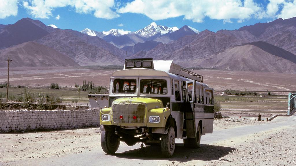 ヒマラヤの先にある『ラダック』地方は、行政的にはインドのジャンムー・カシミール州に属しているが、チベット高原に流れを発するインダス河の上流に位置し、周囲を高い峰々に囲まれた土地で、宗教的にもチベット仏教圏であり、地形的にも文化の面でもチベット世界の一部といえる。 このラダック地方へ行くには、今でこそデリーから航空機でひとっ飛びするのが主流だが、1985年当時は路線バスによって行くのが一般的だった。 インド平原の街ジャンムーから1日で海抜およそ1,700mの避暑地シュリーナガル、そこで乗り換えて2日掛けて海抜4,107mの峠を越えてラダックの中心地、海抜3,521mのレーに着く路線バス743kmの旅。 本書ではそこからさらに、当時の旅行者が行けた最奥部の地ヘミスまでの車窓も辿ってゆく。