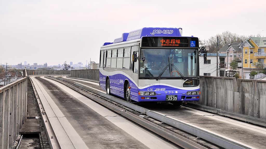 大曽根方から小幡緑地駅に進入するGB-2110形。日野自動車製のリフト付きブルーリボンシティハイブリッドバス ツーステップLNG-HU8JLGP型をベースとした車輛。