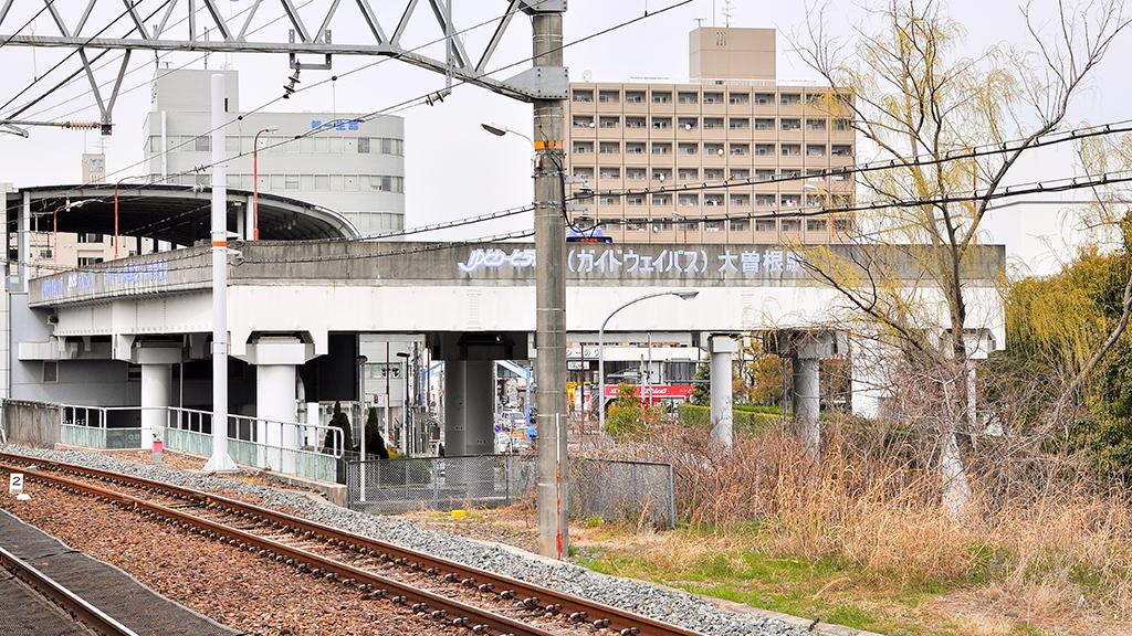 ゆとりーとラインの大曽根駅を、JR大曽根駅のプラットホームから眺めたところ。乗降場および車輛転回場は3階程の高さに位置する。