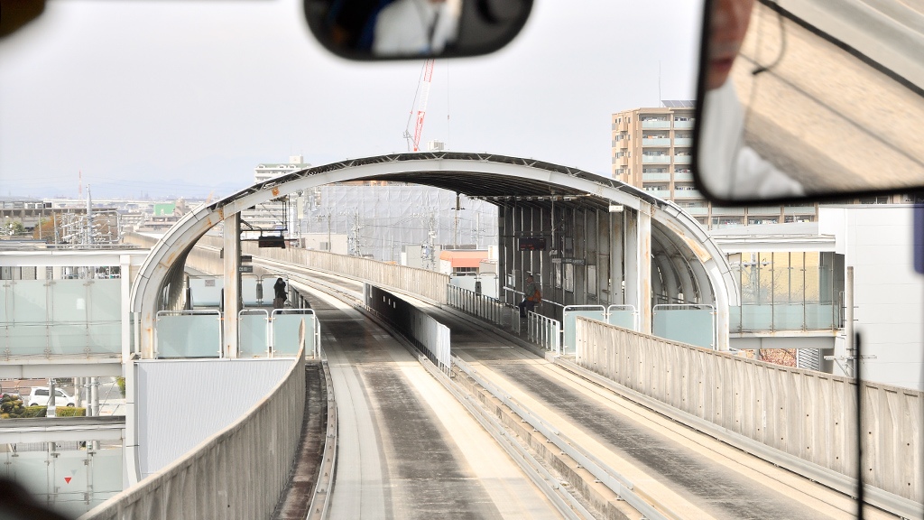 下りの車内から眺めた守山駅。プラットホームの高さは普通の歩道と同じくらいで、ツーステップバス下段とほぼフラットになる。そして当然ながらプラットホームは全駅ともここと同じく相対式。
