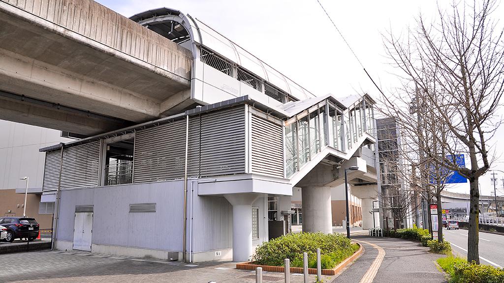 小幡緑地駅を地平から眺めたところ。エレベータが設置されているのが窺える。エレベータは各駅ともこれと同様に設置されており、プラットホームにまで昇るにはバリアフリー化がなされている。