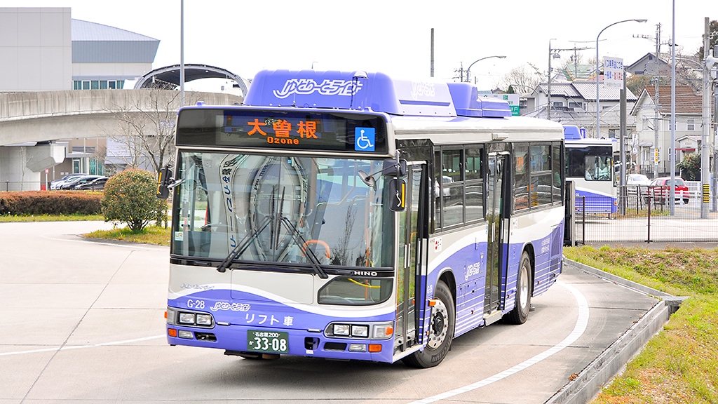 上りGB-2110形車輛(この時点では路線バス)がモードインターチェンジに入ってくると、構内を大きく旋回してモードチェンジのゲートに停車する。