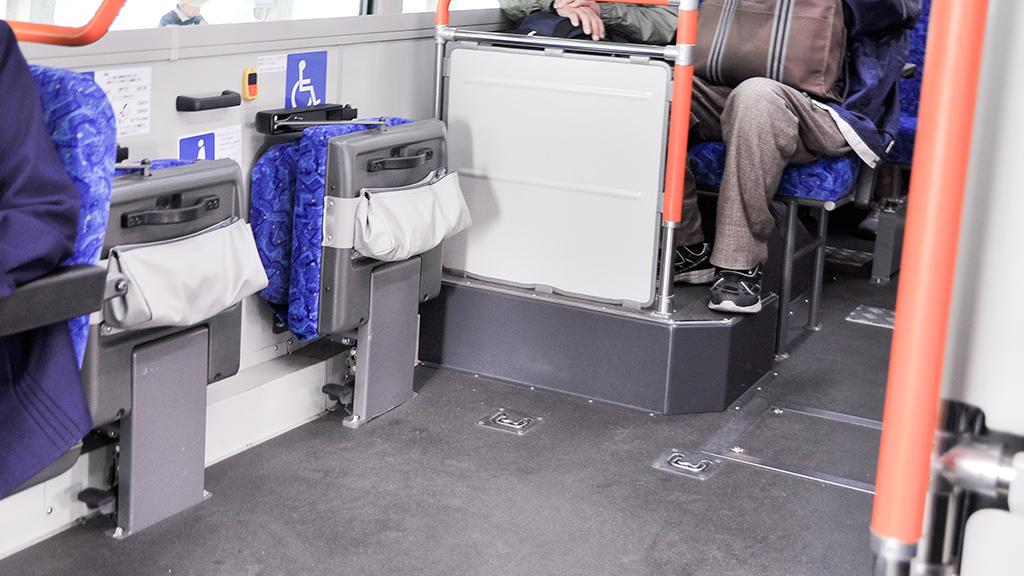 偶然にも車椅子の乗客が乗車してきたため、車椅子スペースの座席を跳ね上げたところが撮影できた。ちなみにリフト使用時の光景は乗車位置の関係から撮っていない。