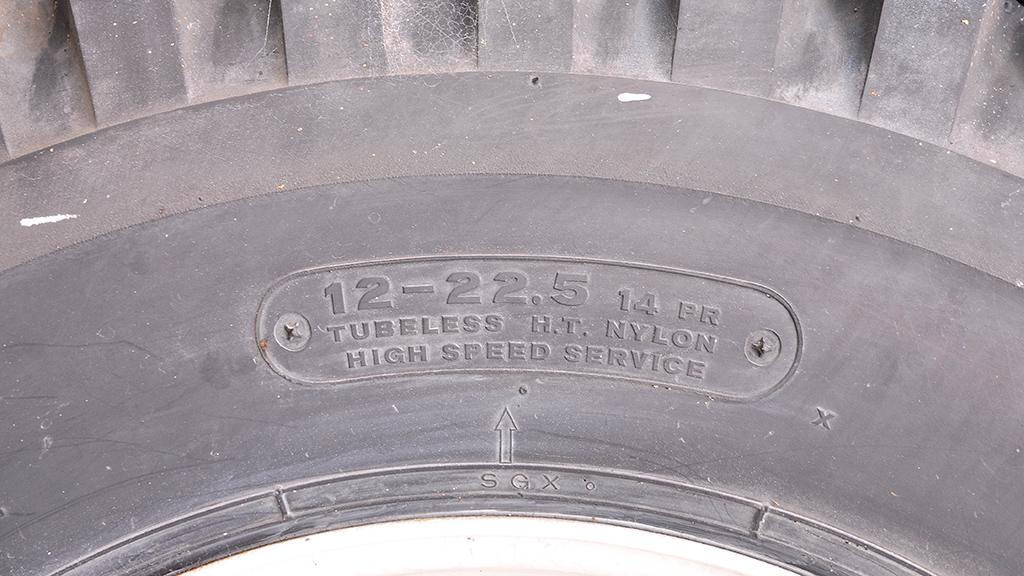 タイヤのサイズのアップ。「12-22.5 14PR」ということは、説明板が立てられた頃とは違うサイズのタイヤに履きかえられたのかも知れない。