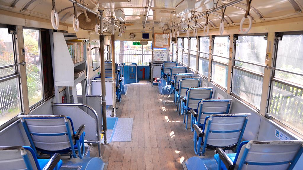 座席は総前向きタイプ。床が木なのが、それを知っている世代の者にとっては懐かしい。