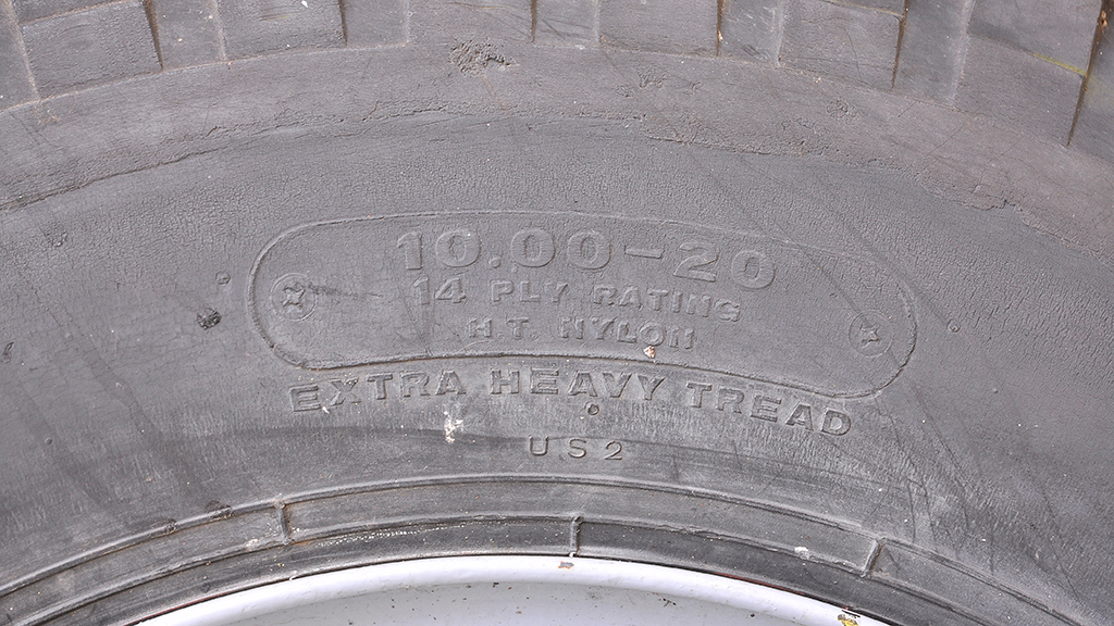 タイヤは10.00-20-14を履いている。