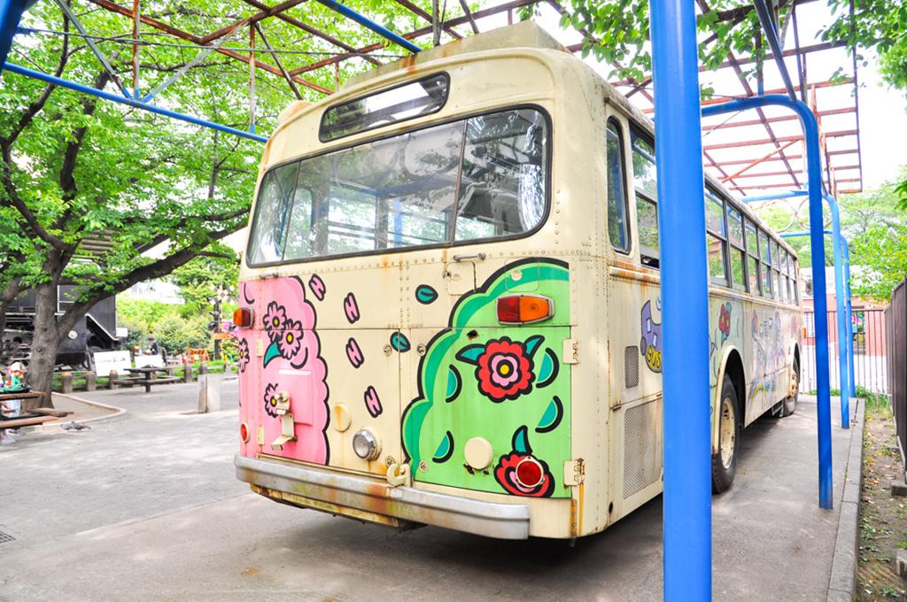リアは車体の形状が丸く纏められていて、いかにもモノコックバスというスタイルだ。