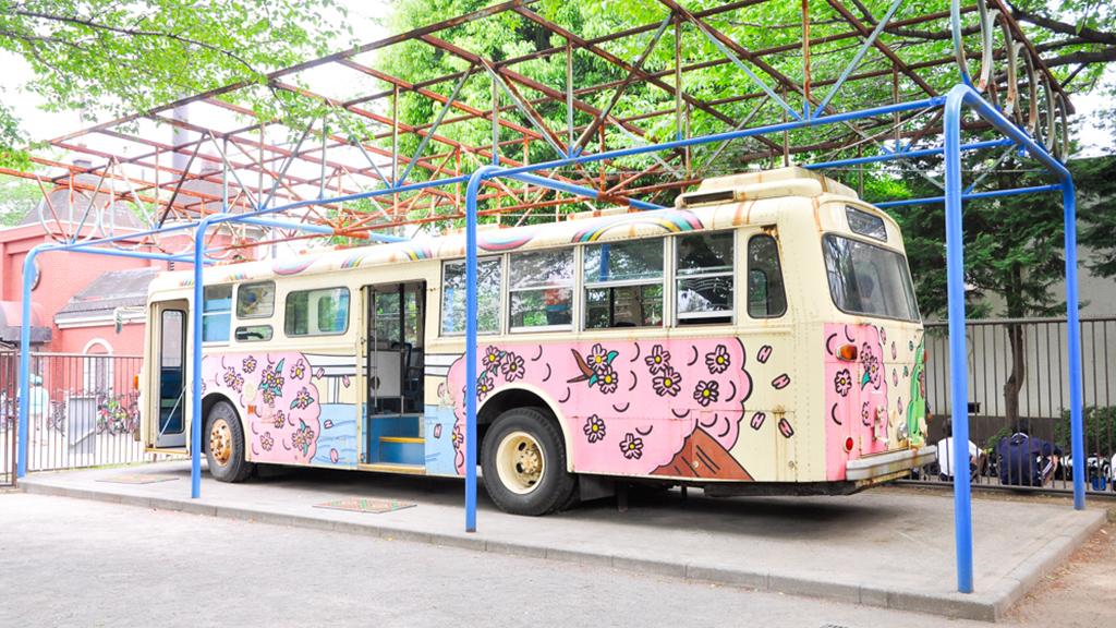 ボディカラーはペイントで描かれているところが、最近のラッピングバスを見なれた眼からは今昔の感を思わずにはいられない。