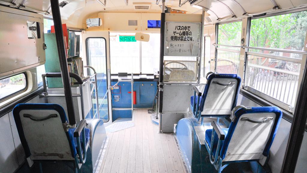 前輪左のスペース上には絵本が用意されており、車内で読書ができる。