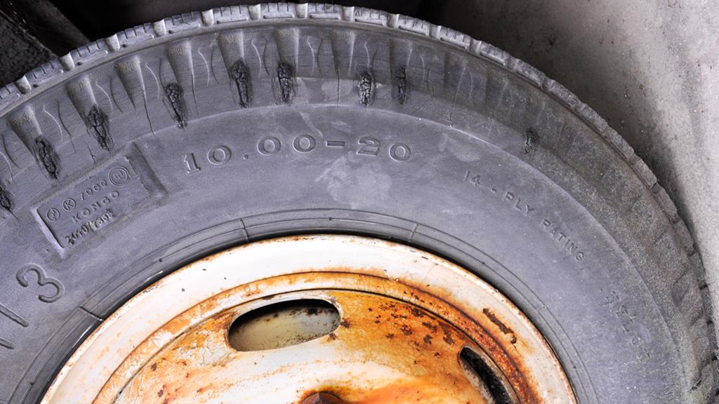 タイヤサイズは10.00-20-14。前後ともに同サイズだが、前輪はNITTO製。