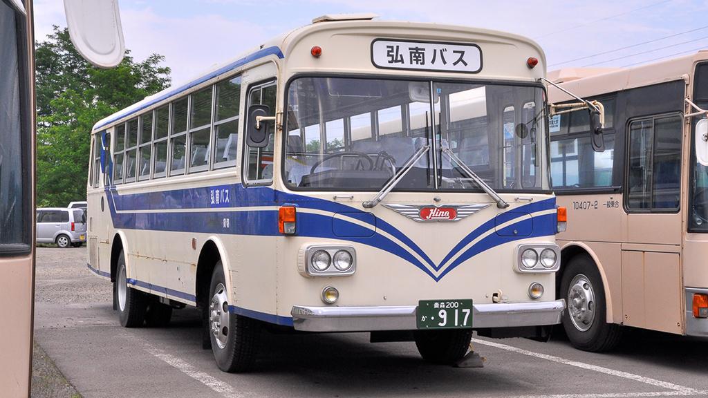 右斜め前からの眺めは、『日野K-RE101』の2扉車と変わらないスタイルだ。