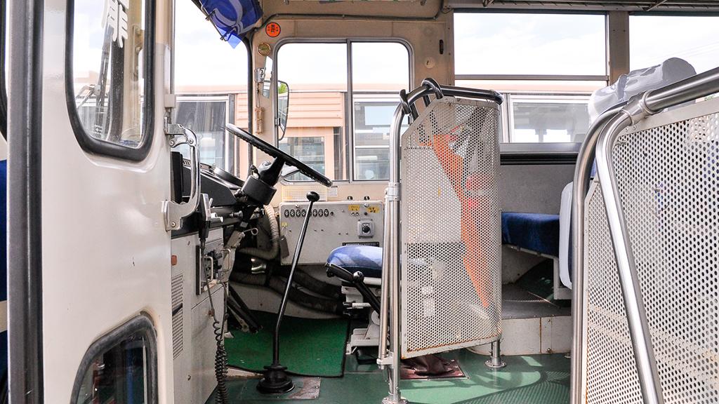運転席には放送装置はあるが、運賃箱などはないため、スッキリしている。