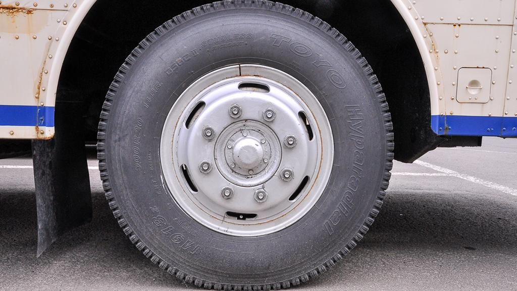 前輪のタイヤのサイズは9.00R20-14P.R.。