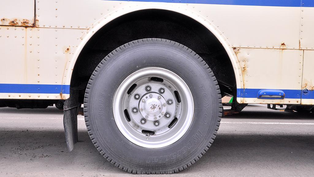 後輪のタイヤも前輪と同じサイズの9.00R20-14P.R.で、それをダブルで履く。