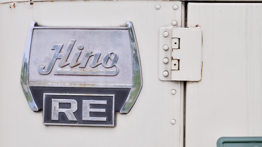 リア左寄りに取り付けられた『HinoRE』のエンブレム。このバスの出自の証しだ。