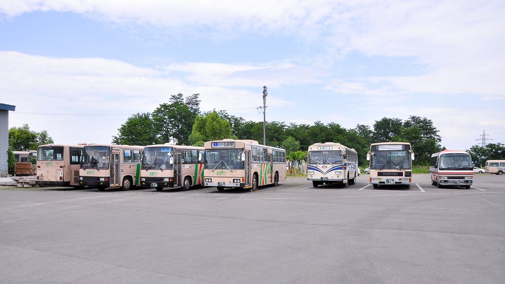 弘南バス営業所内で近年のスケルトンバスと並ぶ『K-RE101』。車高が高い分、威風堂々としているようにも見える。