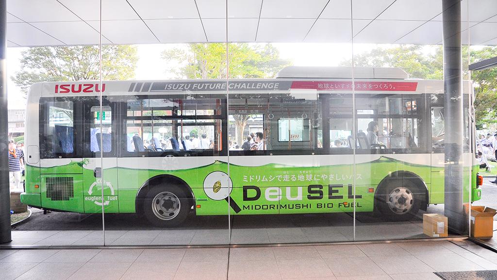 『DeuSELバス』の右サイドビュー。ドアがない分、ロゴが大胆に描かれている。