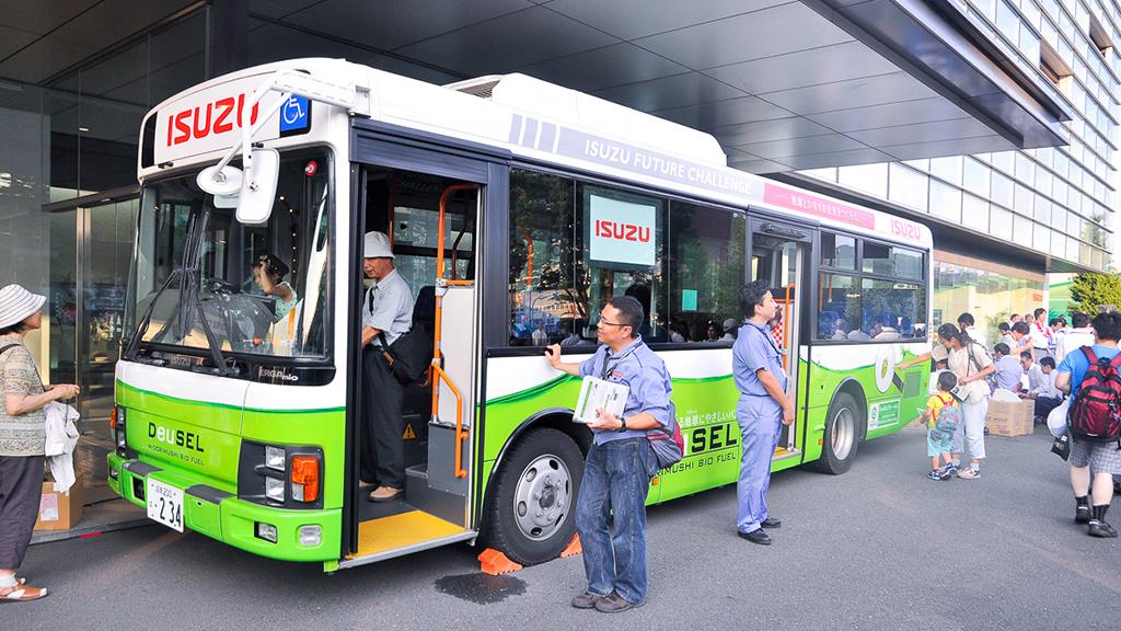 第38回いすゞ藤沢祭りに展示されたDeuSEL(R)バス