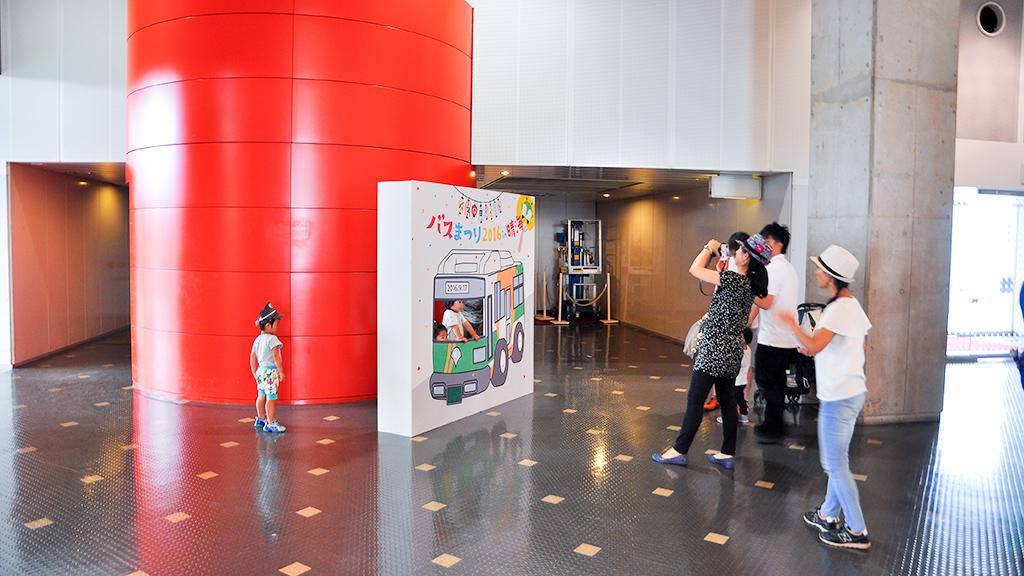 2階メイン会場入口付近に設置された「撮影スポット」は子供たちで大にぎわい。