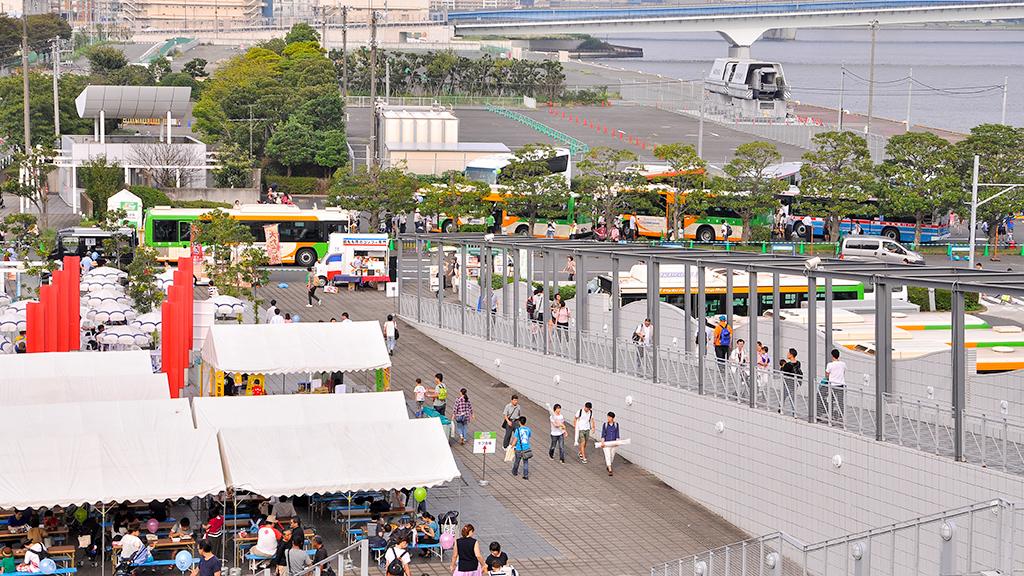 大型車専用駐車場における各社局による展示車両は次の通り。都バスが日産ディーゼル+富士重製車体N-K469と三菱ふそうエアロスターT-Y490(バスコレモデル)、京浜急行バスがいすゞエルガM2647、関東バスが日野セレガ96、京王バスが日野ブルーリボンIIB21516(ピンポン・パンポンのラッピングバス)、東急バスが三菱ふそうエアロスターM1661、小田急バスが三菱ふそうエアロスター16-A6086 を各々出展した。