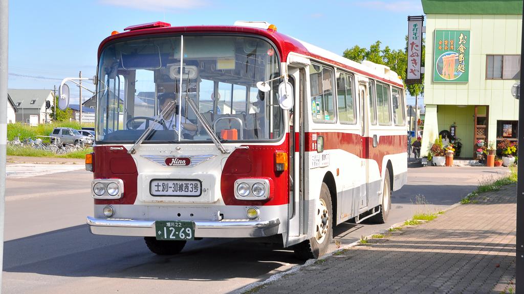 JR宗谷本線 士別駅前バス停に到着した日野K-RC301-P。ボディは前中2扉車の都市内路線タイプながら、前面は観光タイプという珍しい組み合わせになっている。