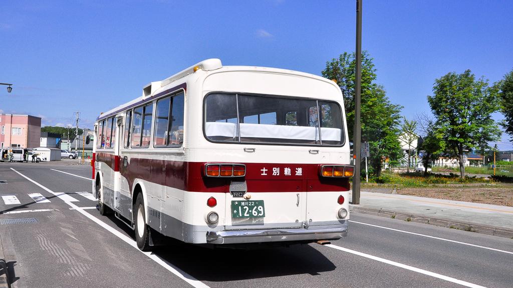 士別駅前を走行する日野K-RC301-P。モノコックバスが、こうして道路を走っている姿が見られると、嬉しくなってくる。