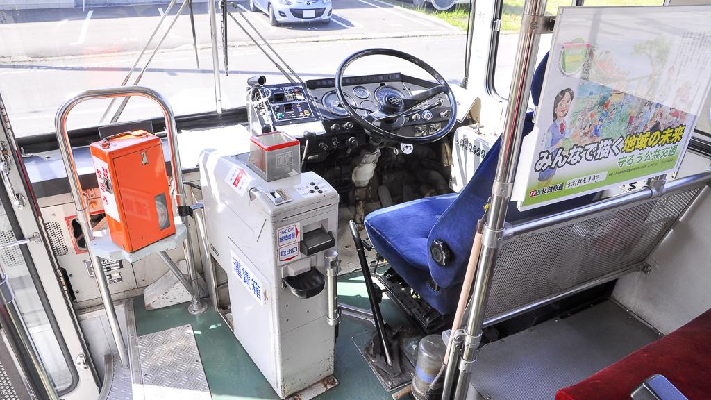 運転席にはワンマン用の機器を装備している。1998年に士別軌道にやってきた時に備えられたものだ。