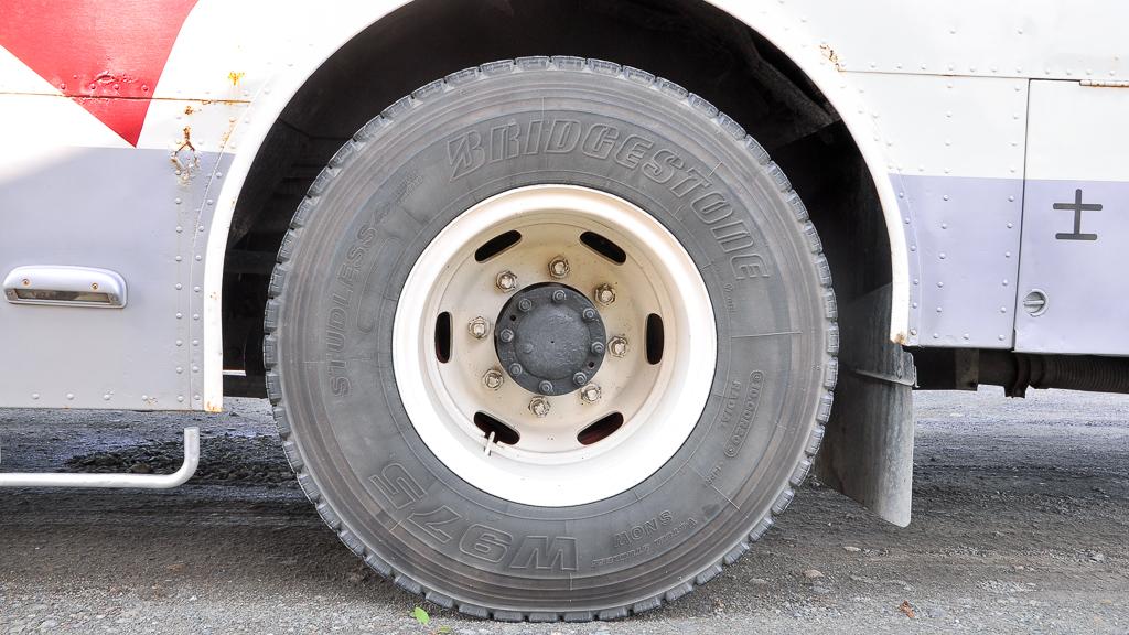 後輪は10.00R20-14PRをダブルで履く。