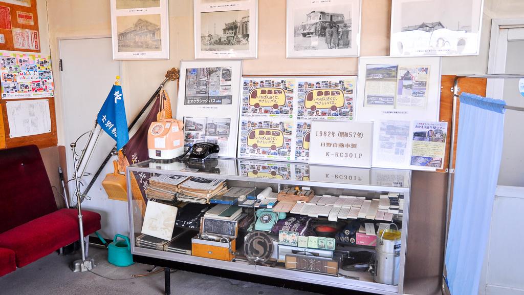 本社の乗車券窓口の脇には資料や写真が展示されている。