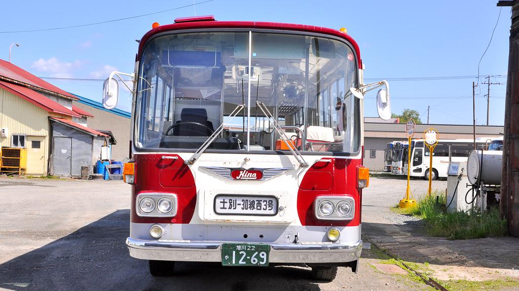 前面は観光タイプのため、行先表示機は『Hino』のウイングマークの下に備え付けられている。