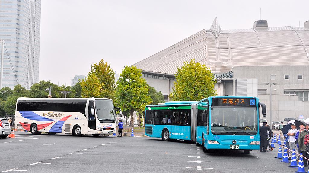 左は「高速バス試乗会」に充当された新型夜行高速バスK★スターライナー三菱ふそうエアロクイーン。右は「洗車機体験」に使用された連接バスメルセデス・ベンツ・シターロ。