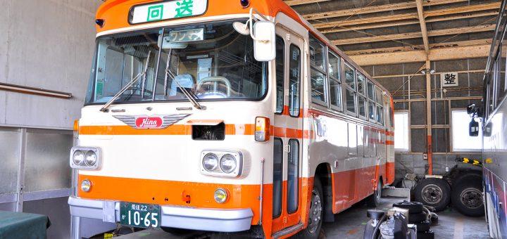 ボディカラーは、以前に映画に出演することになった際に板金・再塗装されたのでピカピカ。伊予鉄南予バスの旧塗装車としても稀少な車両だ。