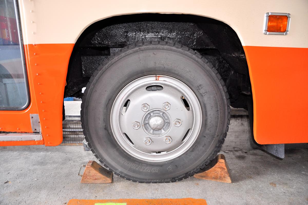 前輪のタイヤはダンロップで、サイズは7.50R18-14PR。