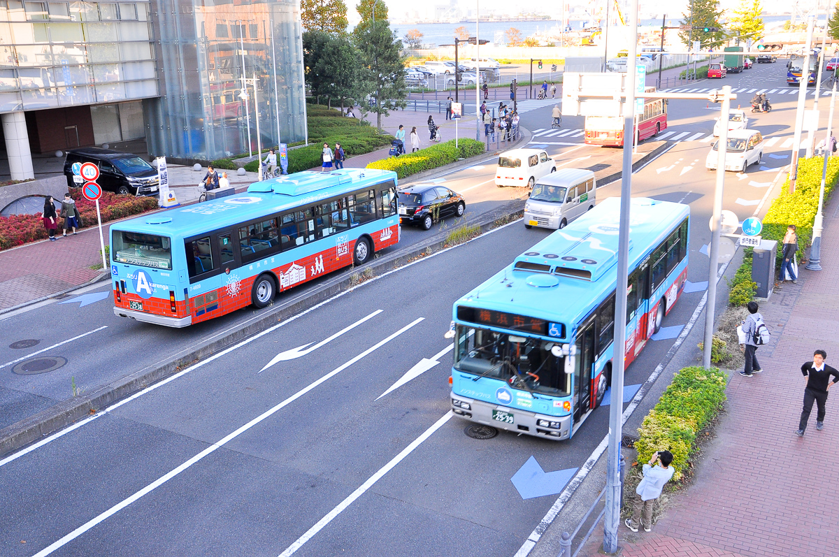 ぶらり赤レンガBUSは、閉会後の帰路に会場前において定期運行中の僚友の横浜市交通局7-4809(左)とのすれ違いが見られた。